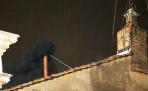 Asap-yang-keluar-pada-Konklaf-hari-pertama-12-Maret-2013
