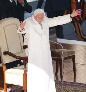 Paus-Benediktus-XVI-di-hadapan-200.000-peziarah-dalam-acara-perpisahan-di-Lapangan-Santo-Petrus_cr